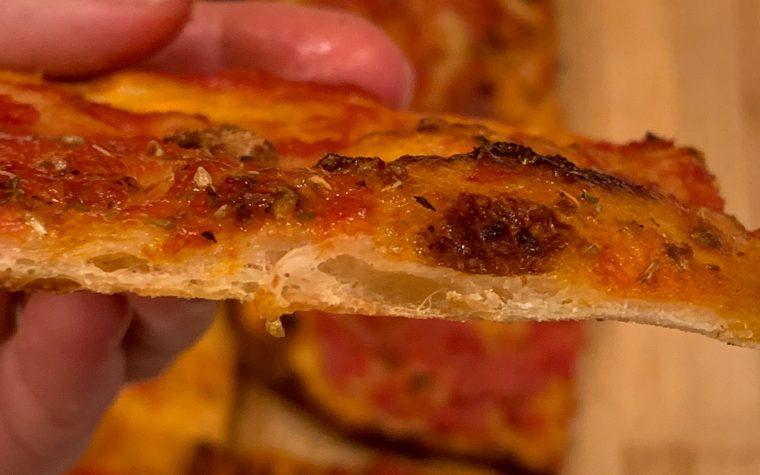 Pizza rossa romana sottile e croccante