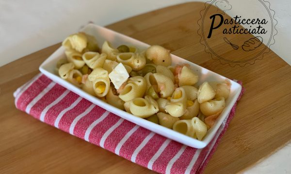 Pasta fredda con  salmone affumicato e olive