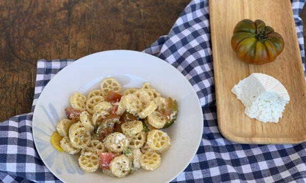 Pasta con ricotta di bufala e pomodori crudi