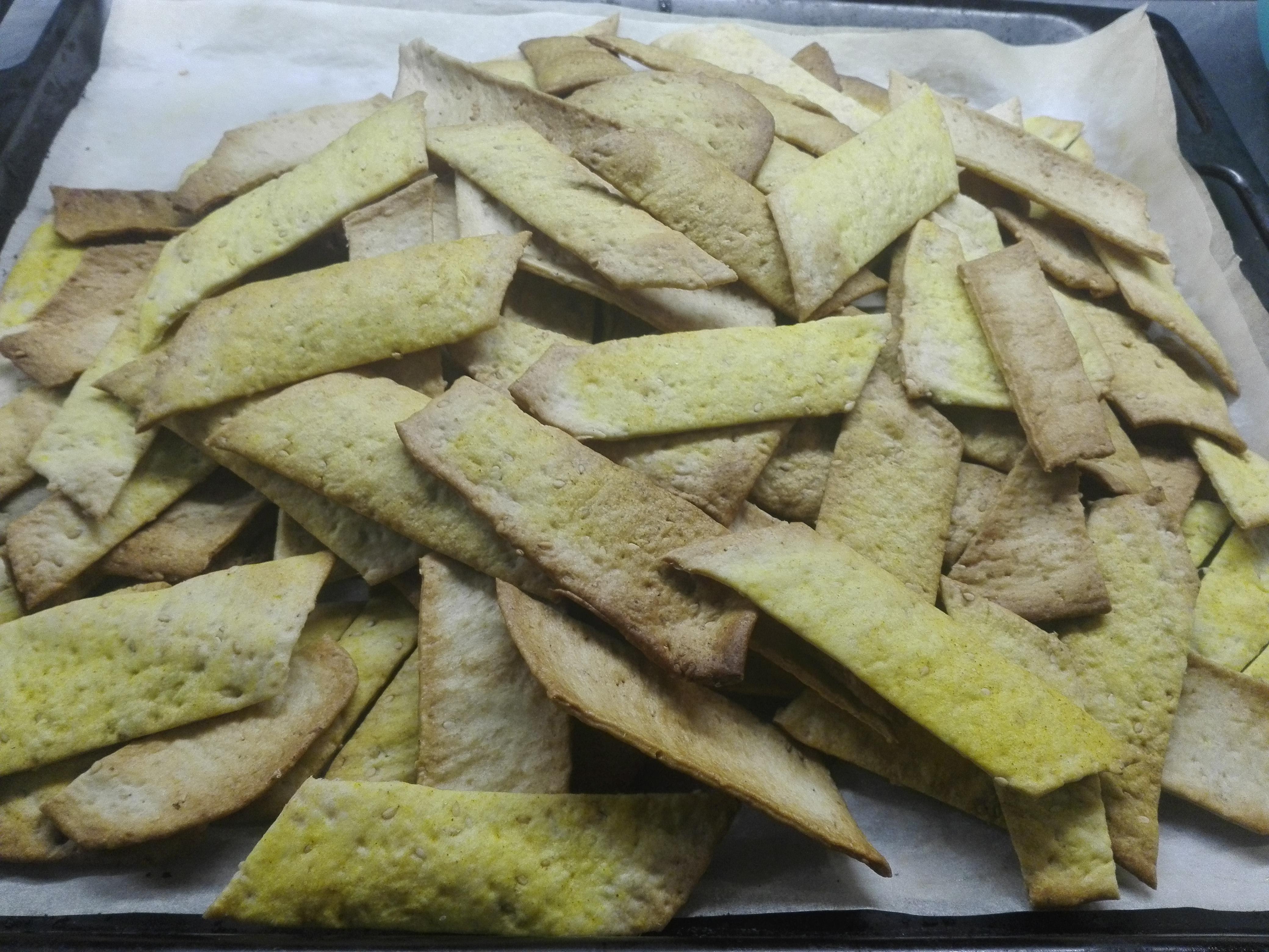 crackers semintegrali saporiti alla curcuma e semi di sesamo