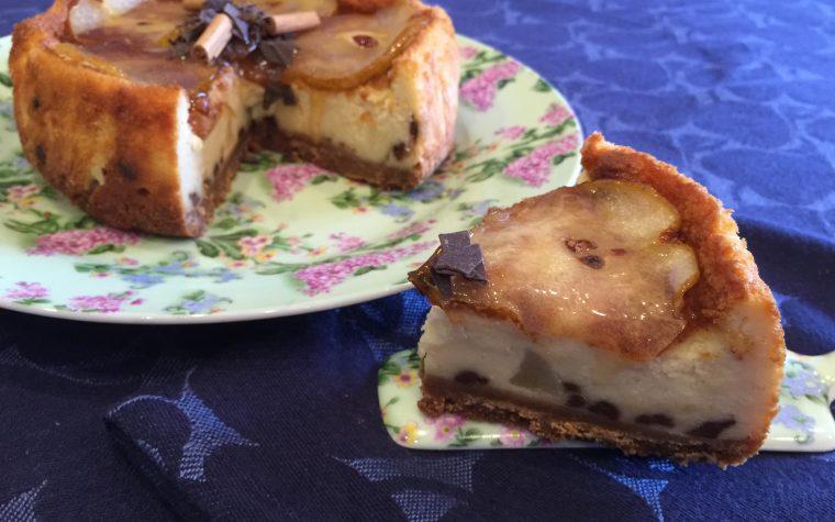 Cheesecake con pere e gocce di cioccolato aromatizzata alla cannella