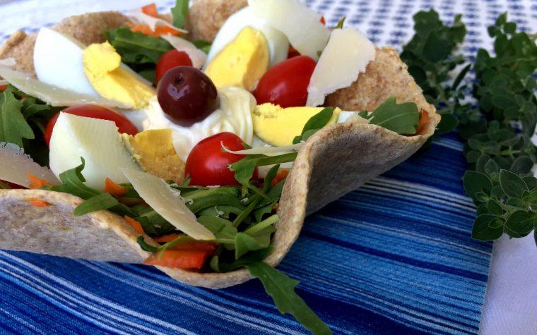 Cestini di tortillas integrali con insalata e uovo sodo