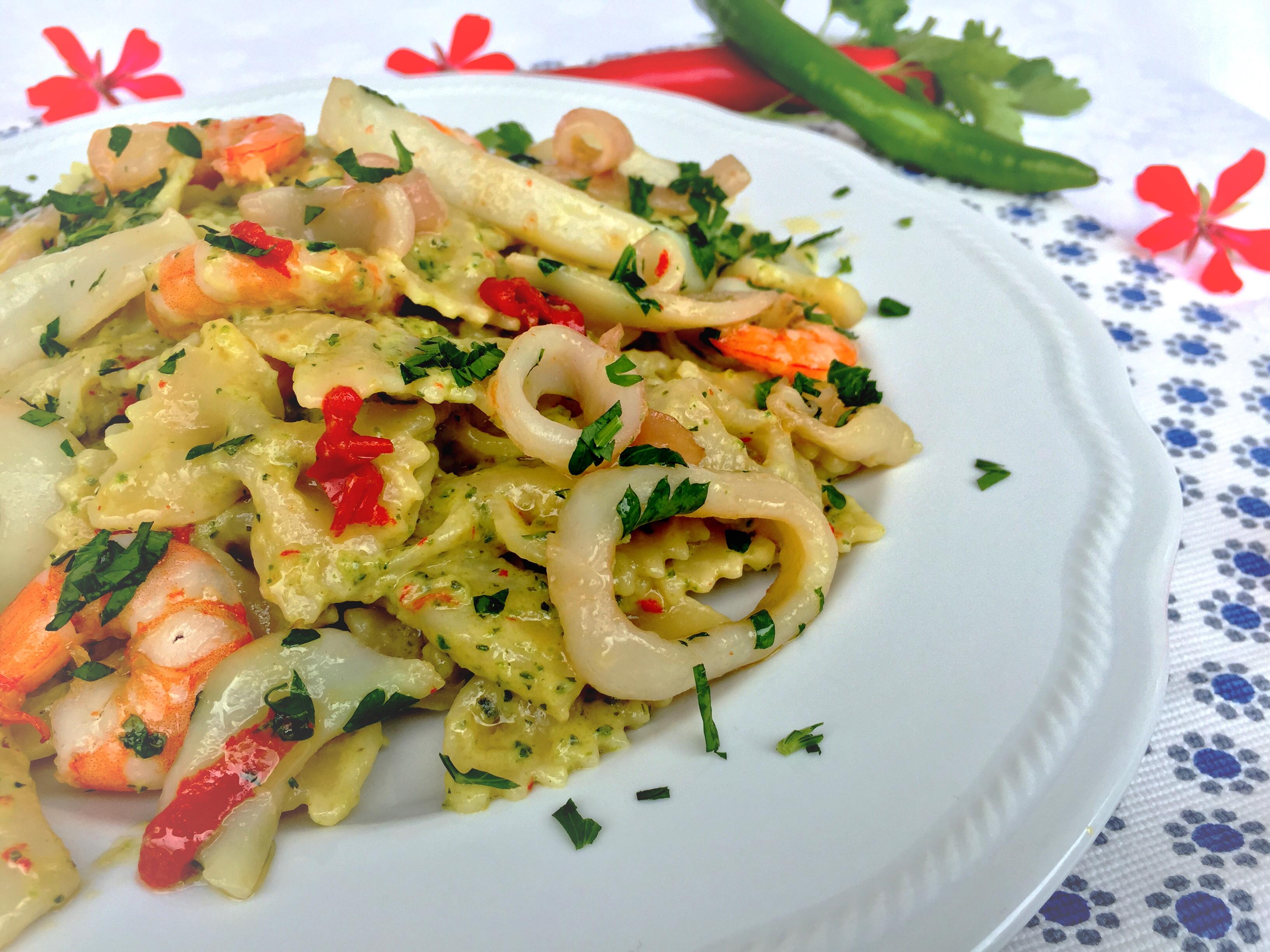 Farfalle con gamberi, totani e crema di zucchine