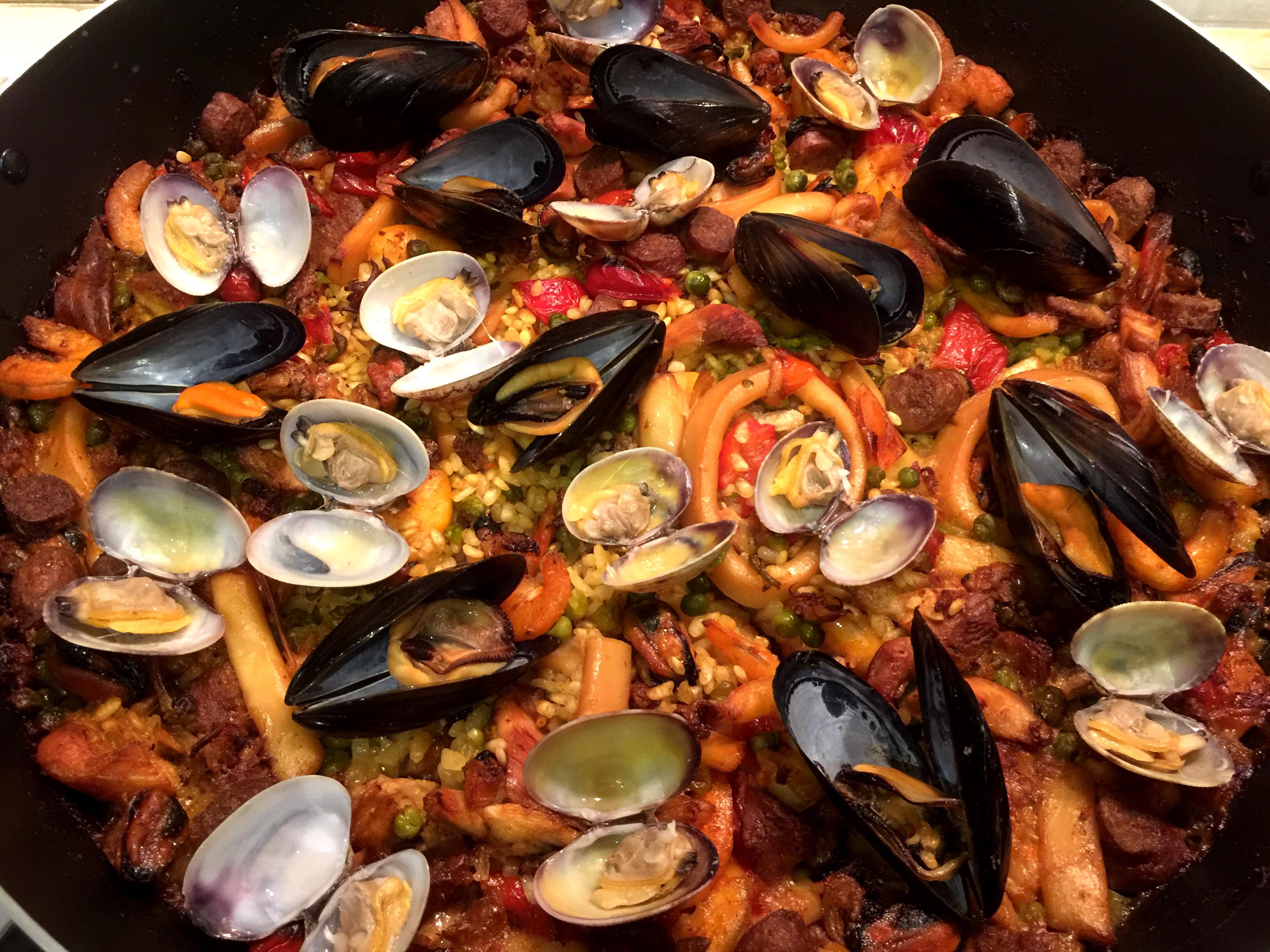 Paella mista di carne e pesce