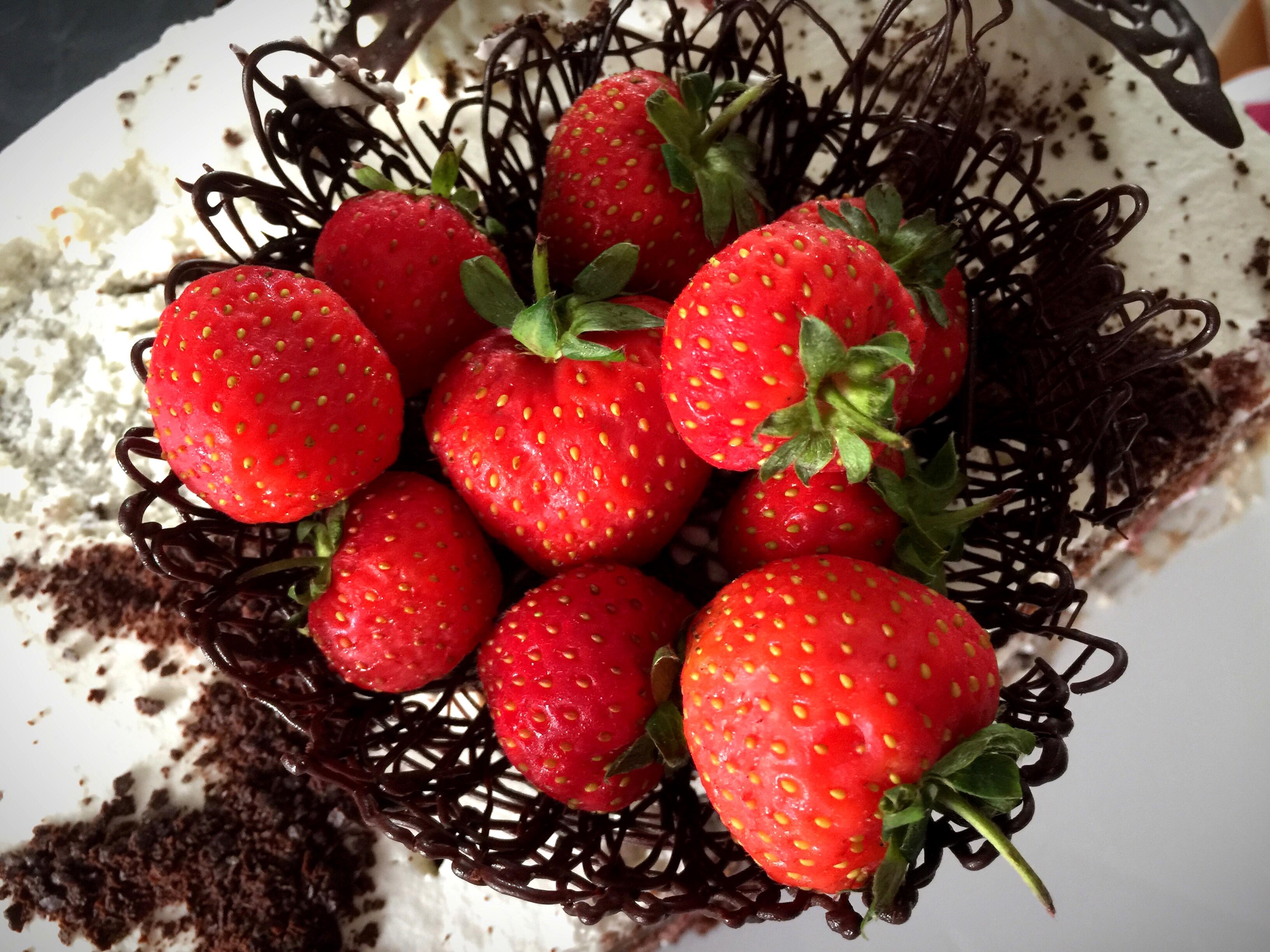 Torta al cioccolato, panna e fragole