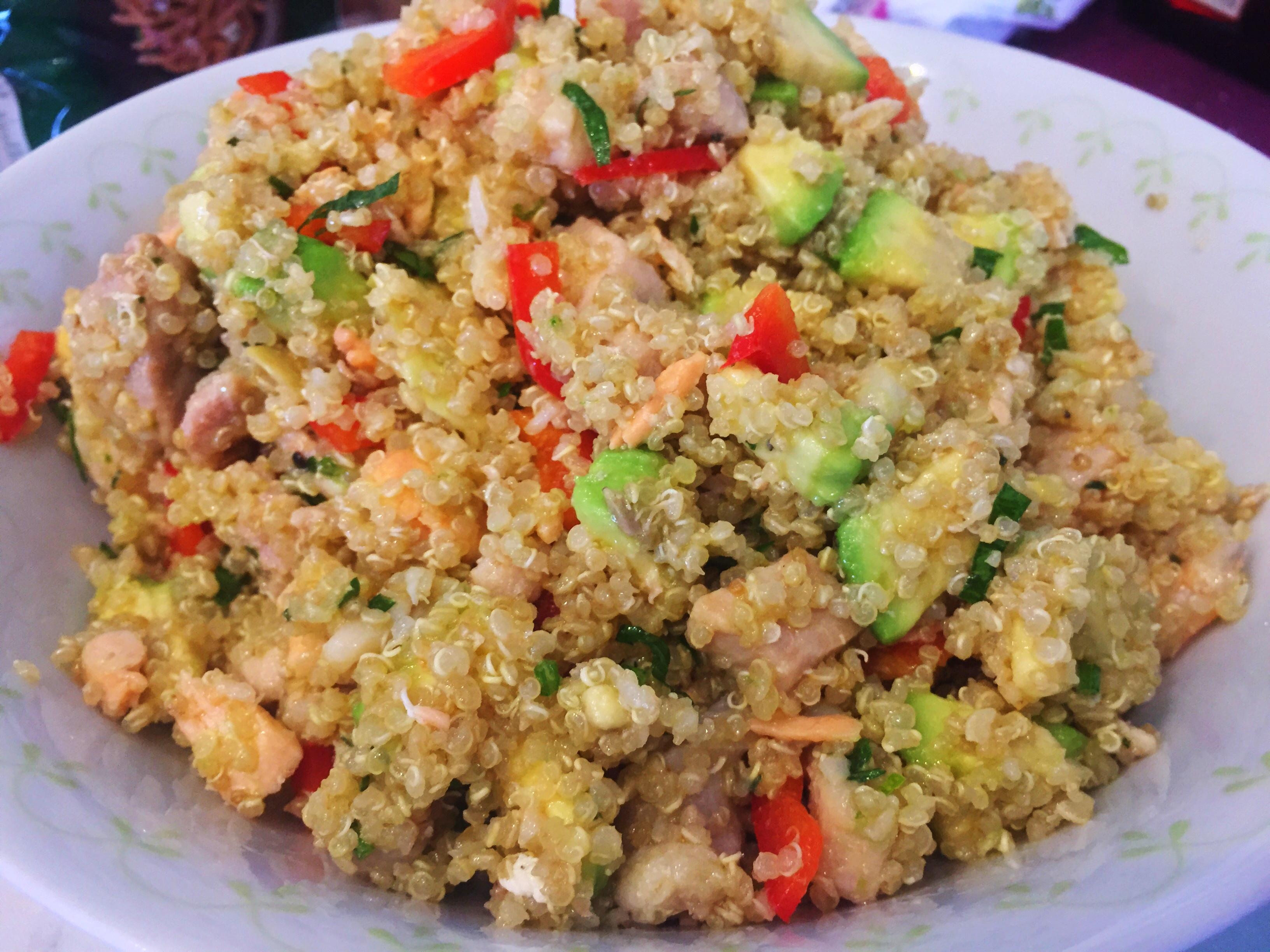 Quinoa con pesce, avocado, peperoni e lime