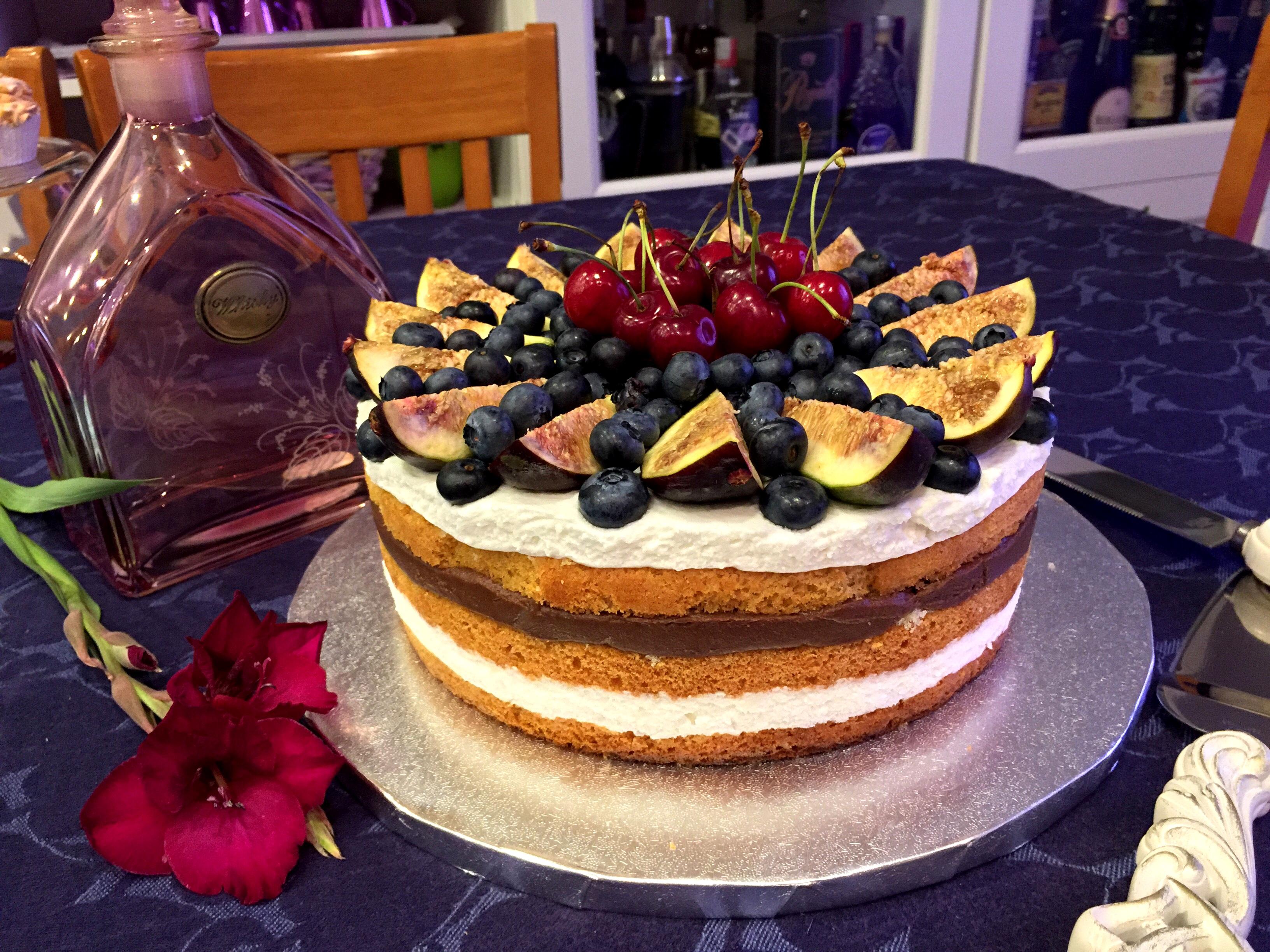 Naked Cake con mousse di ricotta, crema al cioccolato fondente e frutta