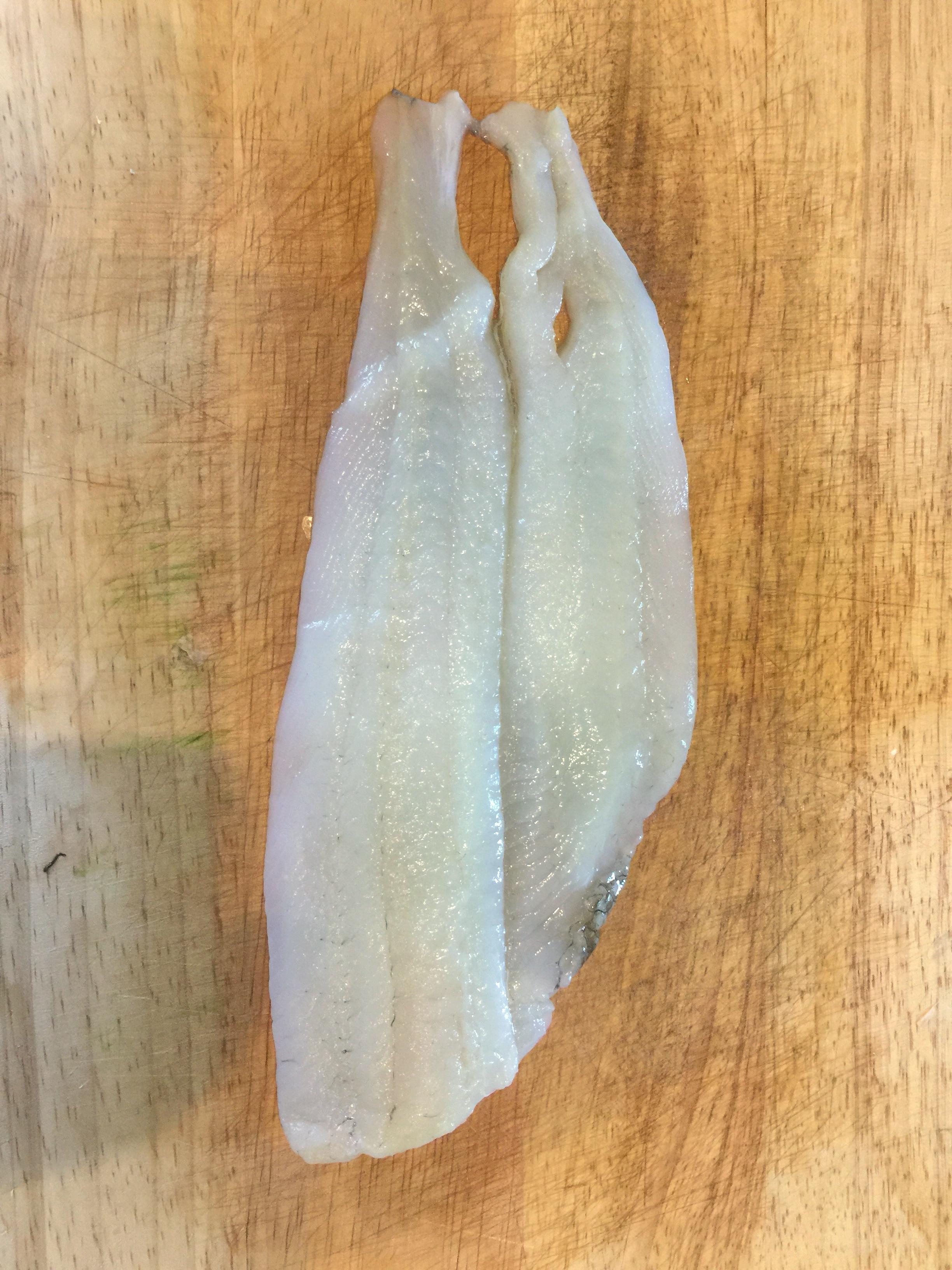 Involtini di platessa con pesce spada, zucchine e pinoli