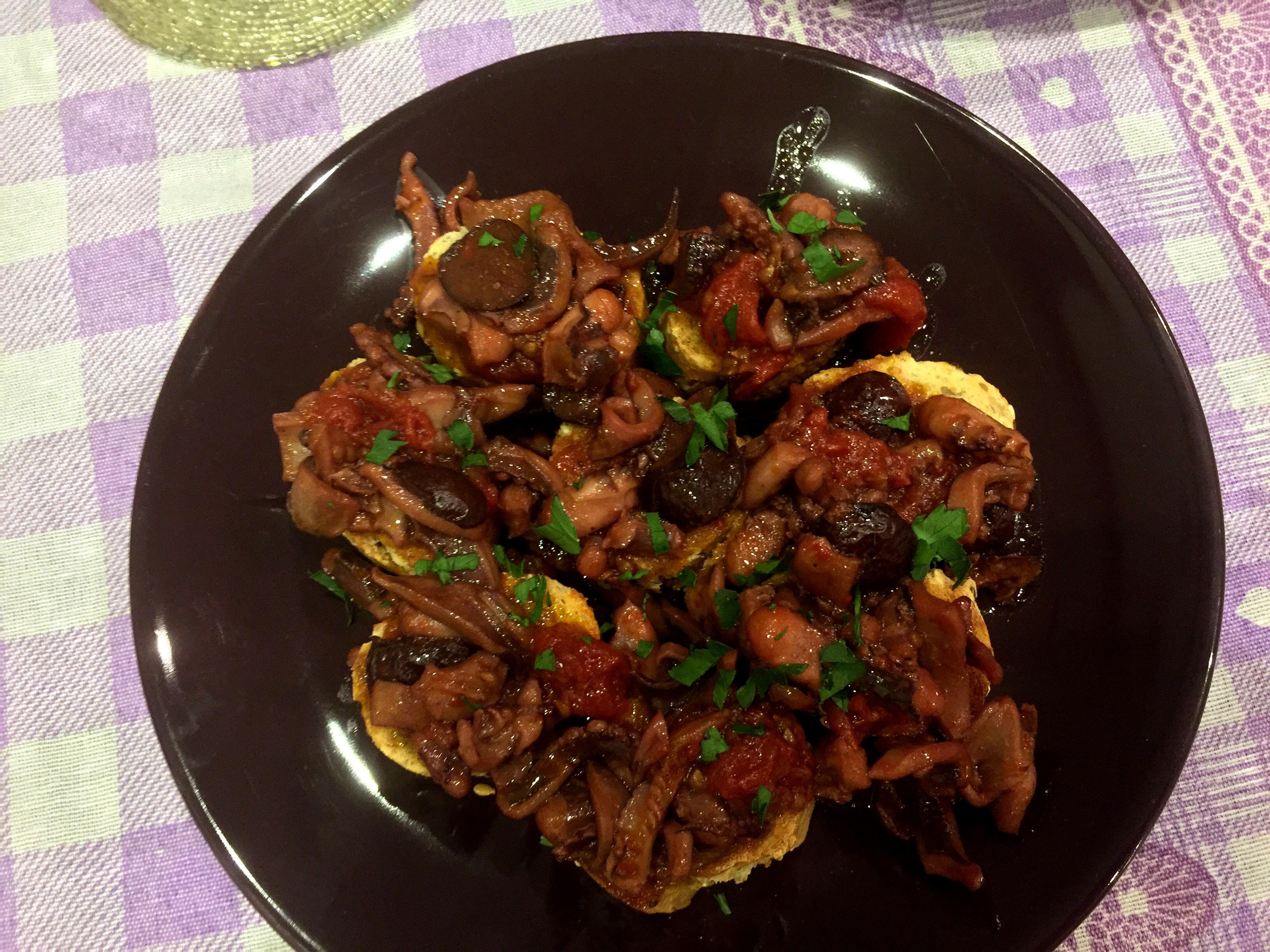 Bruschette con totani, olive e pomodorini