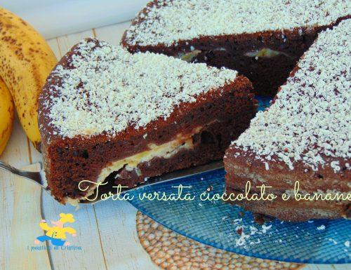 Torta versata cioccolato e banane senza burro
