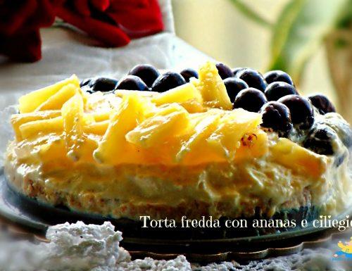Torta fredda con ananas e ciliegie