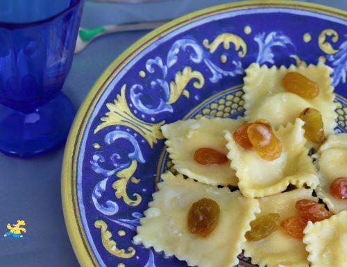 Ravioli alla ricotta con pecorino e uva