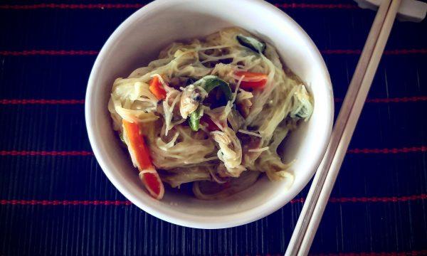 Vermicelli di riso con verdure saltate e vongole