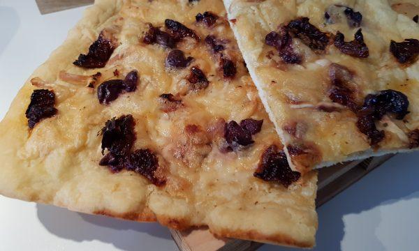 Pizza bianca con olive nere scamorza affumicata e pomodori secchi