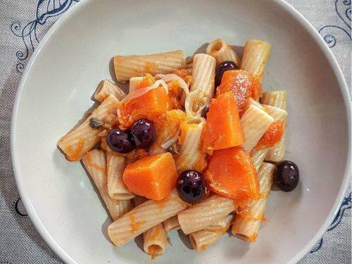 Tortiglioni con zucca capperi e olive nere