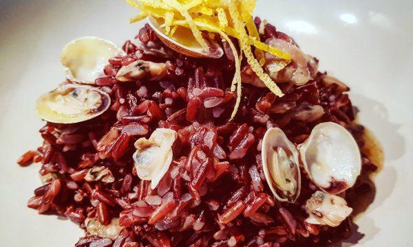 Riso rosso integrale con vongole e zest di limone