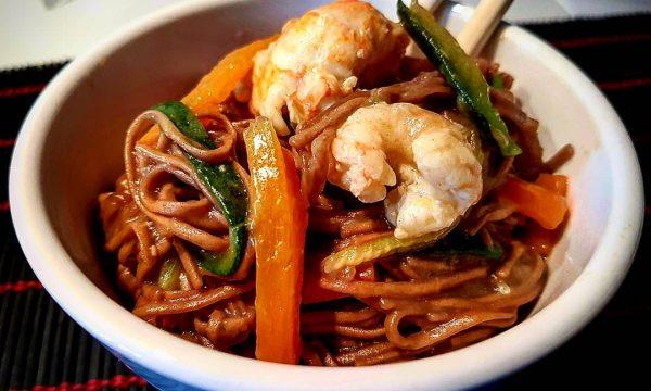 Noodles con verdure e gamberi