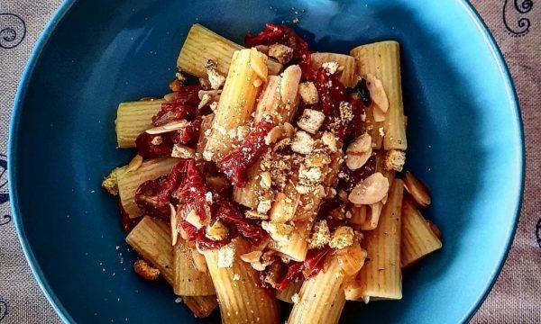 Rigatoni con pomodori secchi mandorle e granella di tarallo pugliese