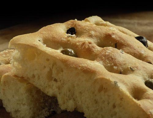 Focaccia piccante con olive nere