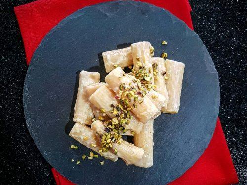 Rigatoni con crema di carciofi e granella di pistacchi