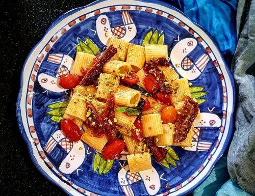 Mezze maniche con pomodori secchi e granella di pistacchi