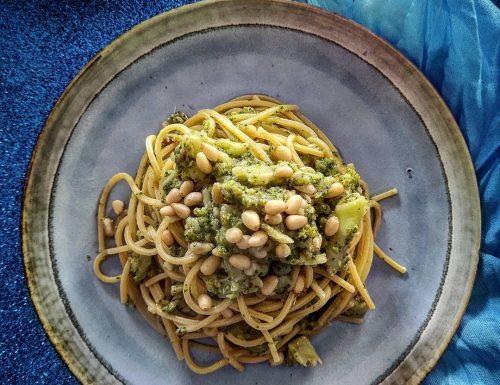 Spaghetti alla chitarra con broccoli alici e pinoli
