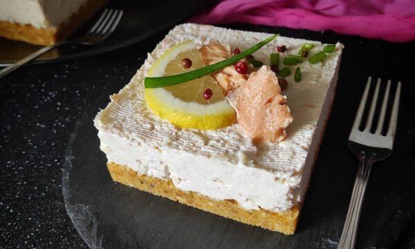 Cheesecake salata ricotta e salmone aromatizzata al limone e pepe rosa