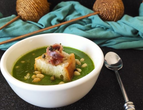 Vellutata di broccolo barese con pinoli e filetti di acciughe aromatizzata al pepe verde
