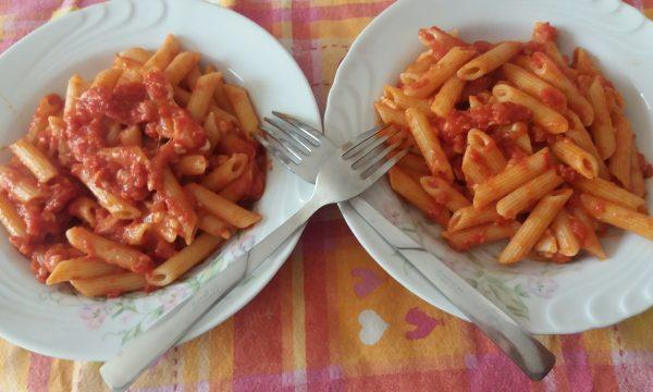 Pasta al pomodoro, mozzarella e salsiccia