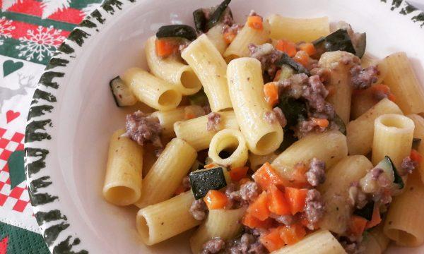 Rigatoni con macinato, zucchine e carote