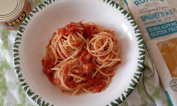Spaghetti con tonno e acciughe