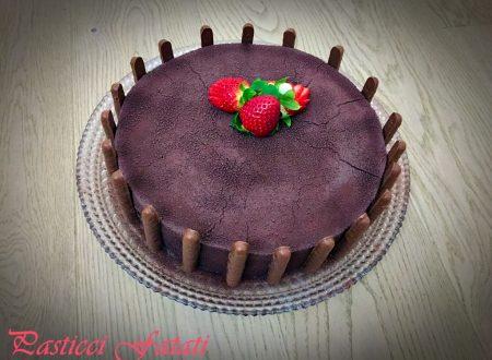Torta moderna al cioccolato bianco e fragole