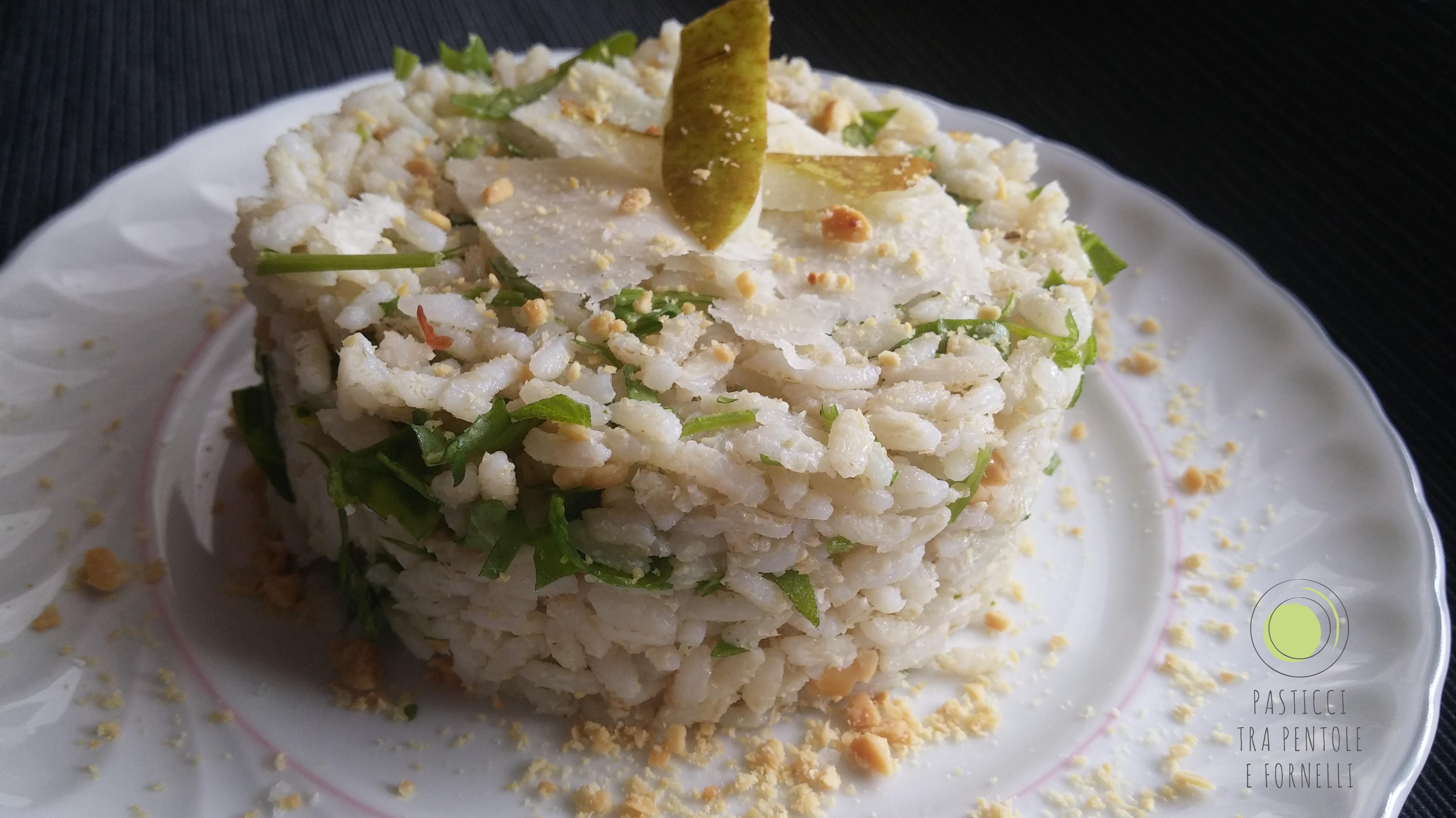 Insalata di riso con rucola, arachidi, parmigiano e pere
