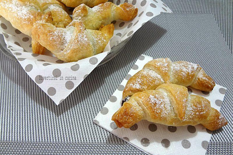 Cornetti di pasta sfoglia con crema alle nocciole