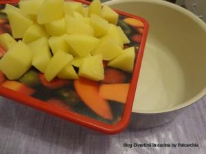 Patate tagliate e messe a bollire
