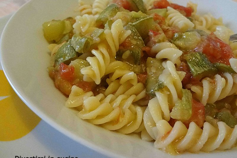 Pasta con le zucchine e pomodoro fresco
