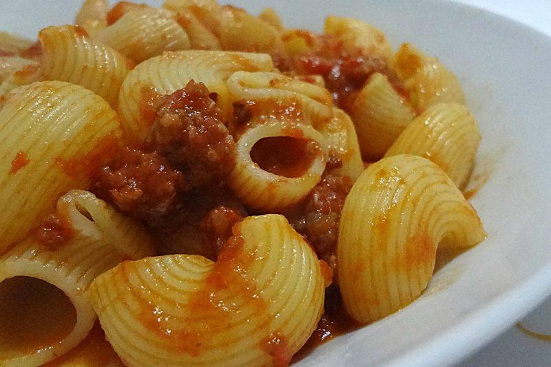 Pasta con ragù di salsiccia semplice e gustoso