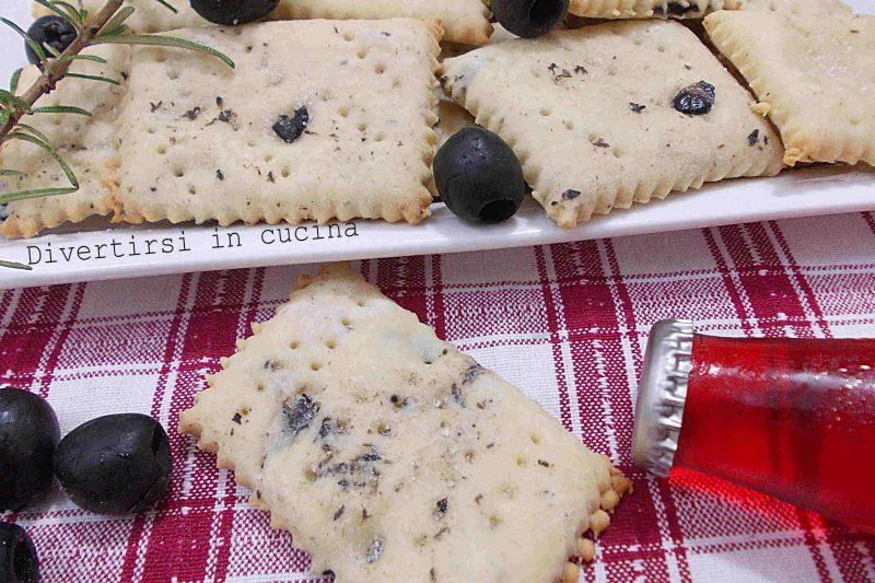 Biscotti croccanti con olive nere