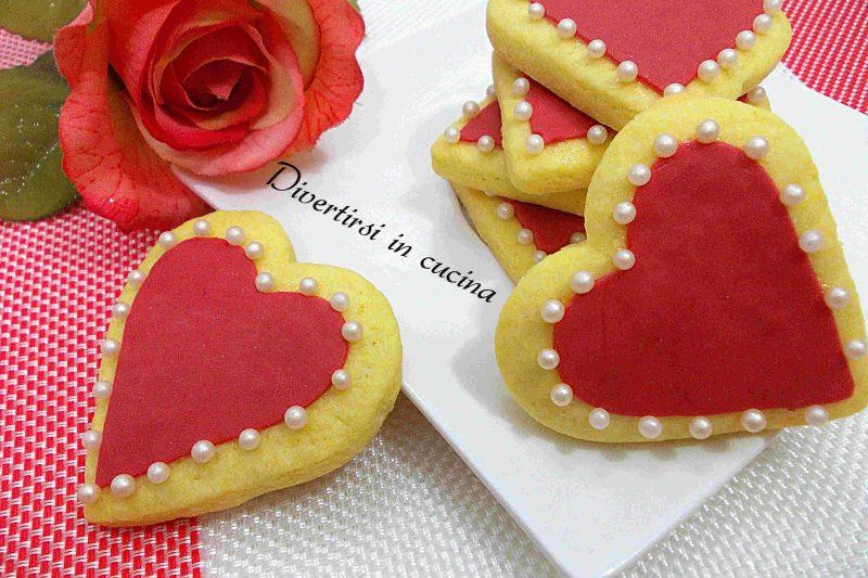 Biscotti a cuore decorati con pasta di zucchero