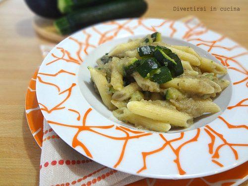 Pasta con salsa di melanzane e zucchine
