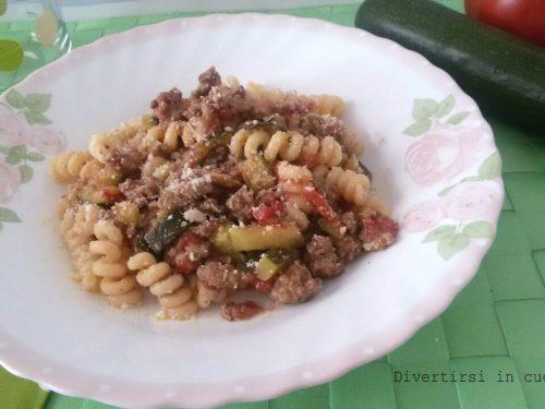 Pasta zucchine macinato e pomodori