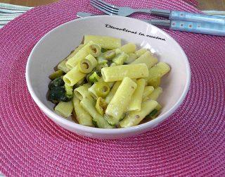 Pasta risottata zucchine salsiccia olive