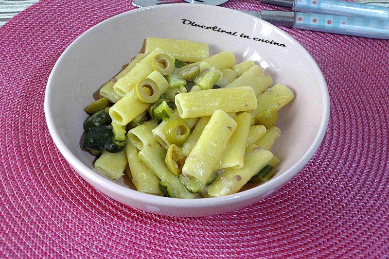 Pasta risottata zucchine salsiccia e olive