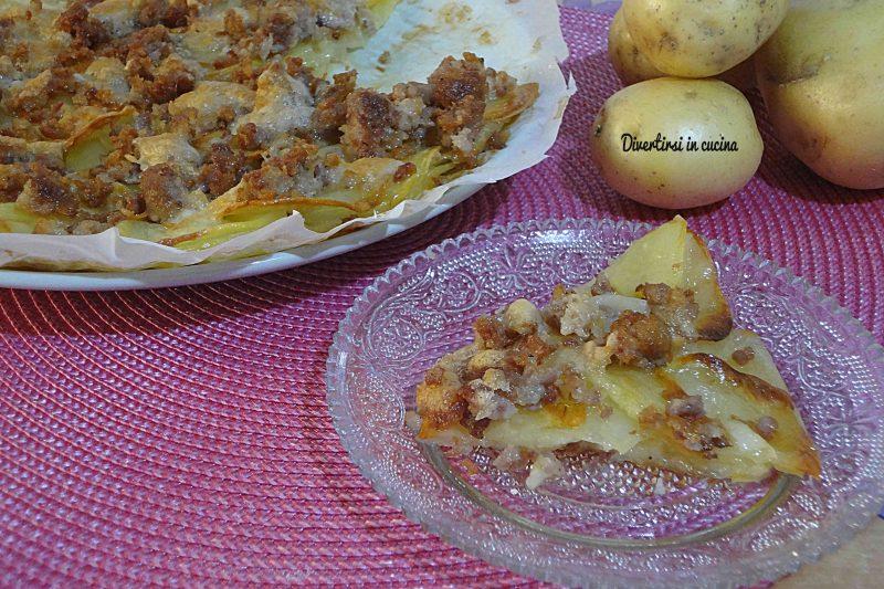 Torta di patate e salsicce semplice e gustosa