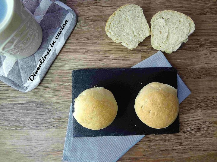Panini soffici cotti nello stampo per muffin