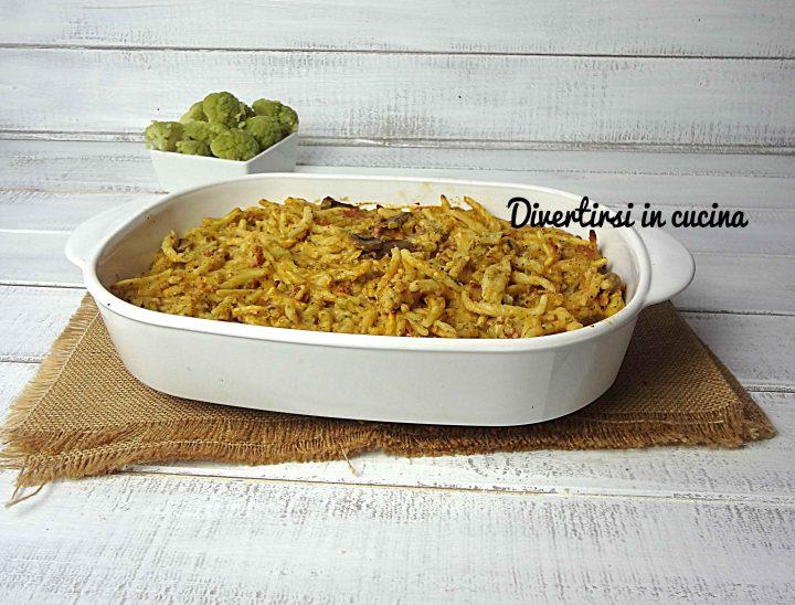 Pasta al forno con broccoli salsiccia e funghi