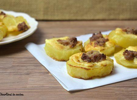 Patate al forno con salsiccia ed emmental