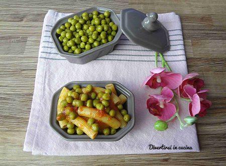 Pasta al sugo di pomodoro e piselli