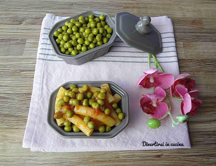 Pasta al sugo di pomodori e piselli