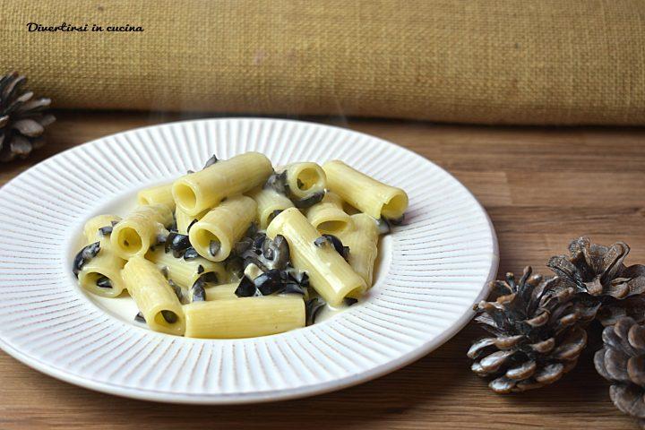 Pasta gorgonzola e olive nere